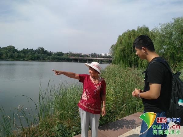 队员向当地居民了解河流情况.jpg